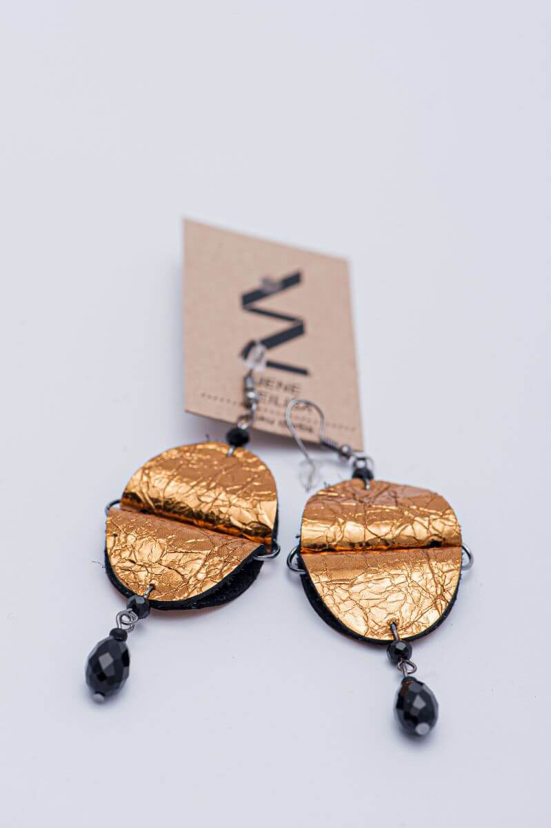 bronzas zelta ādas auskari